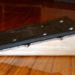 Ingrediente #6: um limitador de curso para o pedal. Eu optei por fazer um de madeira, mas pode ser qualquer coisa que evite q o pedal desça até bater na peça do circuito (o imã não chega a encostar na caixa).
