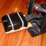 Prenda a peça com o circuito no encaixe do pedal. A posição é a mesma que no pedal original do RB, com o fio apontando para longe do pedal.