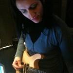Lydia tentando aprender a tocar uma música do Nirvana na guitarra.