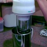 4: Encha a jarra de metal com água e encaixe a máquina nela
